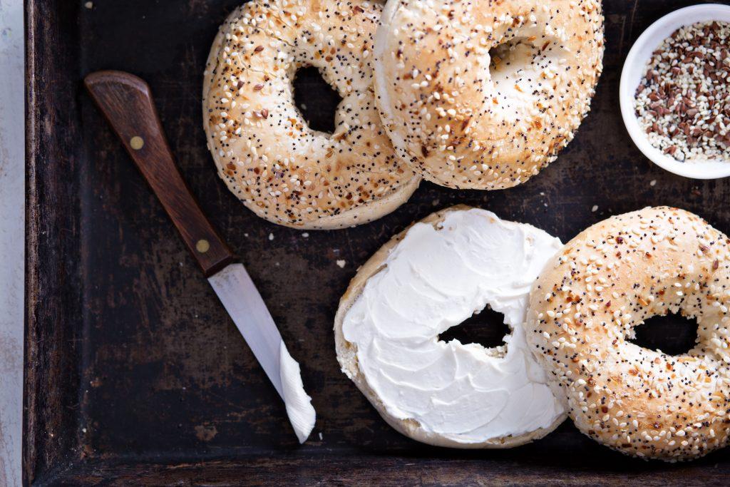 Ketogene Bagels mit veganem Frischkäse und Nutella