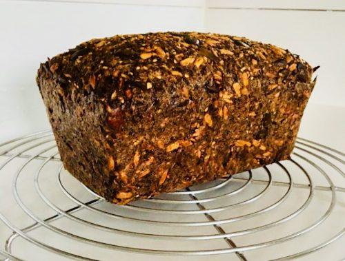 Auch Keto Brot hat viele Kohlenhydrate. Wenn du dich in der Umstellungsphase auf Keto befindest, dann lass das Keto-Brot lieber weg!