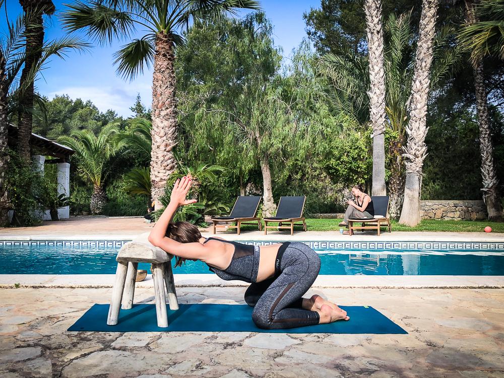 Schulter- und Trizeps-Dehnung gegen Muskelkater nach der Surfsession